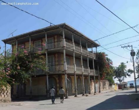 Building in Jacmel with prefabricated cast-iron pillars and balconies