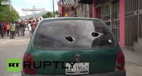 A car had its windows broken by Manifestants